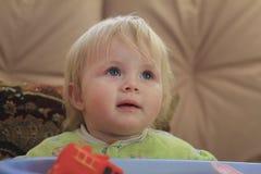 Retrato de uma menina loura de olhos azuis pequena Imagens de Stock