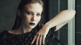 Retrato de uma menina misteriosa e glamoroso com uma aparência incomum filme