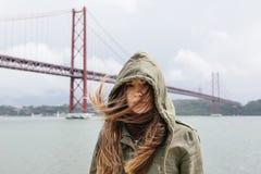 Retrato de uma menina moreno bonita com o cabelo que vibra no vento e com um olhar decidido na capa 25o de Imagem de Stock