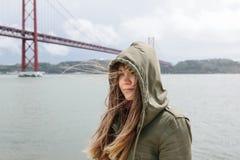 Retrato de uma menina moreno bonita com o cabelo que vibra no vento e com um olhar decidido na capa 25o de Imagens de Stock