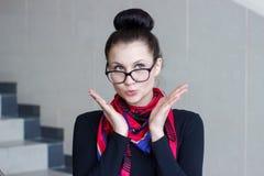 Retrato de uma menina moreno bonita com um olhar surpreendido foto de stock royalty free