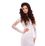 Retrato de uma menina moreno nova bonita no vestido de casamento branco do laço Foto de Stock Royalty Free