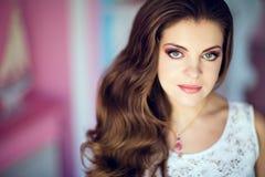 Retrato de uma menina muito bonita com olhos grandes e o hai lindo Imagem de Stock Royalty Free