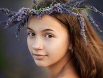 Retrato de uma menina na grinalda das flores Foto de Stock Royalty Free