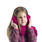 Retrato de uma menina nas capas protetoras para as orelhas e no lenço Imagens de Stock Royalty Free