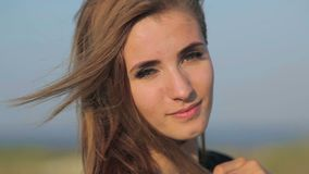 Retrato de uma menina no estepe vídeos de arquivo