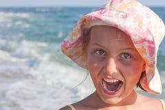 Retrato de uma menina no fundo do mar. Fotos de Stock Royalty Free