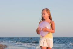 Retrato de uma menina no fundo do mar. Fotografia de Stock