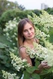 Retrato de uma menina no jardim, retrato de sorriso, retrato bonito de uma menina Foto de Stock