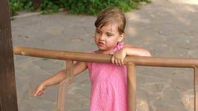 Retrato de uma menina no verão no miradouro do parque video estoque