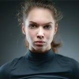Retrato de uma menina normal que olha a câmera / Porto bonito da mulher imagem de stock royalty free
