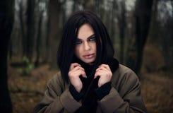 Retrato de uma menina nos olhos de verde floresta Floresta outonal Imagens de Stock