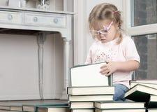 Retrato de uma menina nos vidros com livros Imagem de Stock Royalty Free