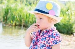 Retrato de uma menina pensativa com olhos azuis em uma mantilha Foto de Stock Royalty Free