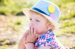 Retrato de uma menina pensativa com olhos azuis em uma mantilha Imagens de Stock Royalty Free