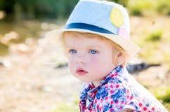 Retrato de uma menina pensativa com olhos azuis em uma mantilha Imagem de Stock Royalty Free