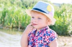 Retrato de uma menina pensativa com olhos azuis em uma mantilha Imagens de Stock