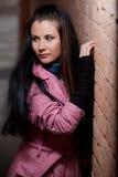 Retrato de uma menina perto da parede Fotos de Stock Royalty Free