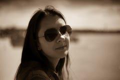 Retrato de uma menina perto de Sava River, margem de Belgrado, Sérvia Sepia imagens de stock royalty free