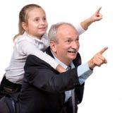 Retrato de uma menina que aprecia o passeio do reboque com ela grande Fotos de Stock Royalty Free