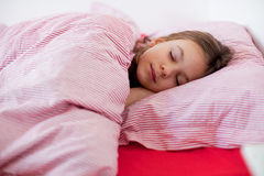 Menina que slieeping na cama Fotos de Stock Royalty Free