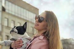 Retrato de uma menina que guarde seu cão em seus braços fotografia de stock royalty free