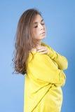 Retrato de uma menina que olha abaixo do close up Fotografia de Stock
