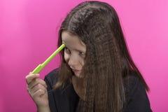 Retrato de uma menina que resolva o problema fotografia de stock royalty free