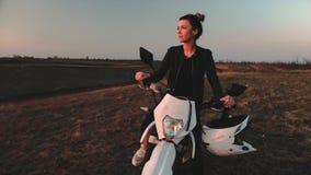 Retrato de uma menina que senta-se em uma motocicleta video estoque