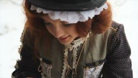 Retrato de uma menina ruivo na roupa étnica filme