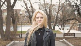 Retrato de uma menina 'sexy' bonita com cabelo louro, sorriso feliz video estoque