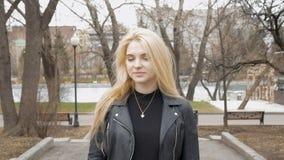 Retrato de uma menina 'sexy' bonita com cabelo louro, sorriso feliz Movimento lento vídeos de arquivo