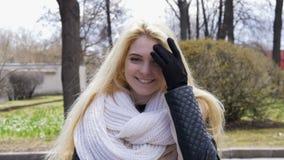 Retrato de uma menina 'sexy' bonita com cabelo louro, sorriso feliz Movimento lento filme