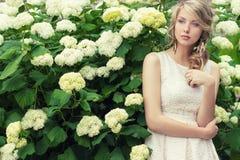Retrato de uma menina 'sexy' bonita com os grandes bordos gordos com cabelo branco e um dedo longo completo branco Imagens de Stock Royalty Free