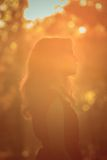 Retrato de uma menina 'sexy' bonita da forma em um vestido vermelho na natureza do parque Imagem de Stock Royalty Free