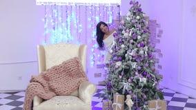 Retrato de uma menina 'sexy' perto da árvore de Natal video estoque