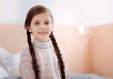 Retrato de uma menina de sorriso bonito com grupos imagens de stock royalty free