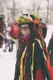 Retrato de uma menina de sorriso em um chapéu com flores fotos de stock royalty free