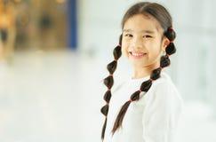 Retrato de uma menina de sorriso feliz da criança fotografia de stock
