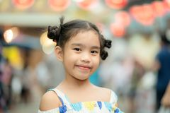 Retrato de uma menina de sorriso feliz da criança fotos de stock royalty free