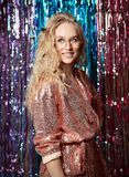 Retrato de uma menina de sorriso feliz em um vestido glamoroso ? moda com lantejoulas em um partido da forma imagens de stock royalty free