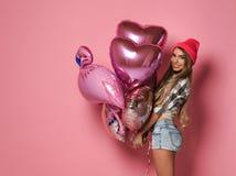 Retrato de uma menina de sorriso feliz em um vestido glamoroso ? moda com lantejoulas em um partido da forma fotografia de stock