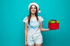 Retrato de uma menina de sorriso feliz no vestido que guarda a caixa atual sobre o fundo verde foto de stock