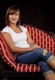 Retrato de uma menina Teenaged no sofá imagem de stock royalty free