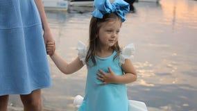 Retrato de uma menina três anos com a curva azul em sua cabeça video estoque