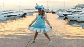 Retrato de uma menina três anos com a curva azul em sua cabeça filme
