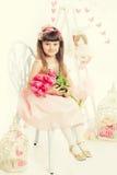 Retrato de uma menina, tulipas cor-de-rosa nas mãos Imagem de Stock Royalty Free