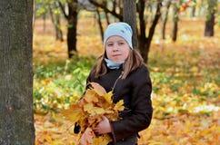 Retrato de uma menina de Yong na estação do outono foto de stock royalty free