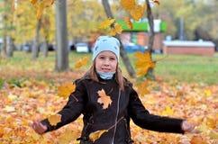 Retrato de uma menina de Yong na estação do outono imagens de stock