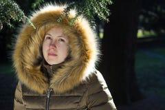 Retrato de uma moça/adolescente no parque; olhar comprime Imagens de Stock